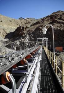 Un sistema de cintas transportadoras lleva mineral desde la trituradora bajo tierra hasta el molino.